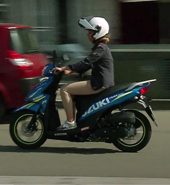 Девушка за рулем скутера