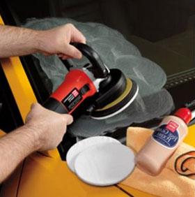 Наносим порошок и шлифовальной машинкой полируем лобовое стекло