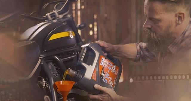 Заливка моторного масла в мотоцикл