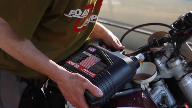 Заливка масла в двигатель мотоцикла