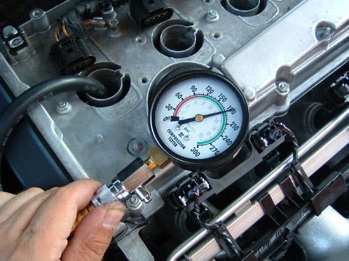Замер компрессии в цилиндрах двигателя автомобиля