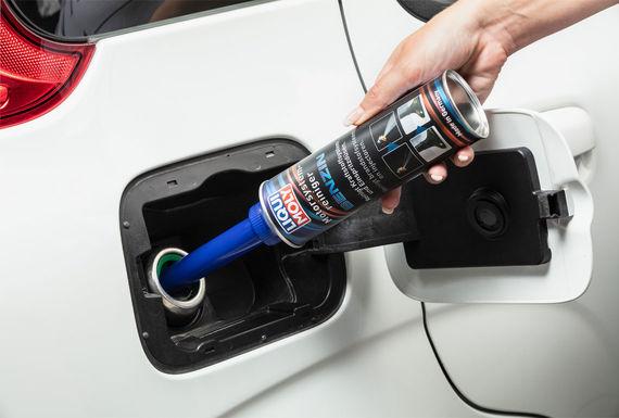 Заливка присадки в топливо в бензин