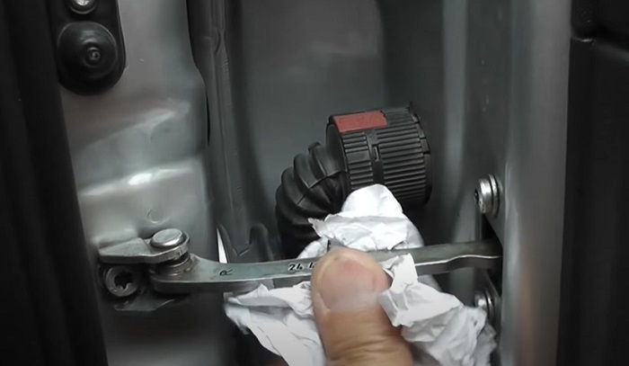 Протираем деталь от пыли и грязи для нанесения смазки