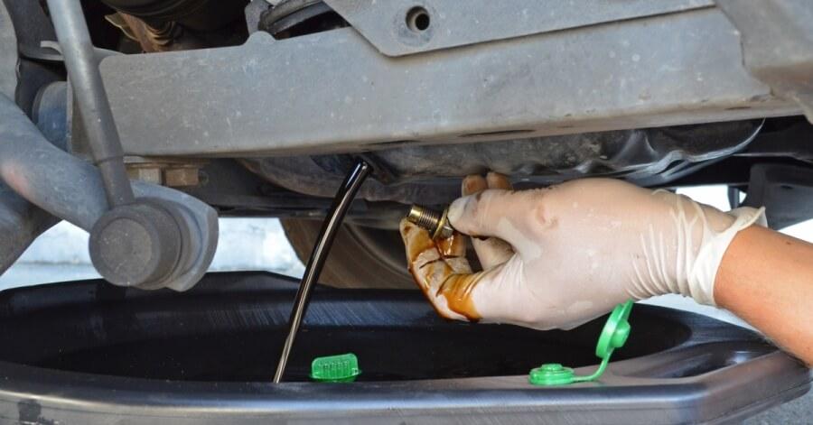 Слив моторного масла из двигателя