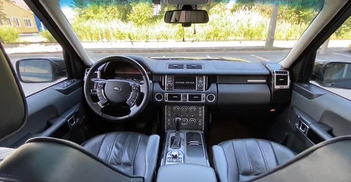 Внутри салона Land Rover кожаные сиденья