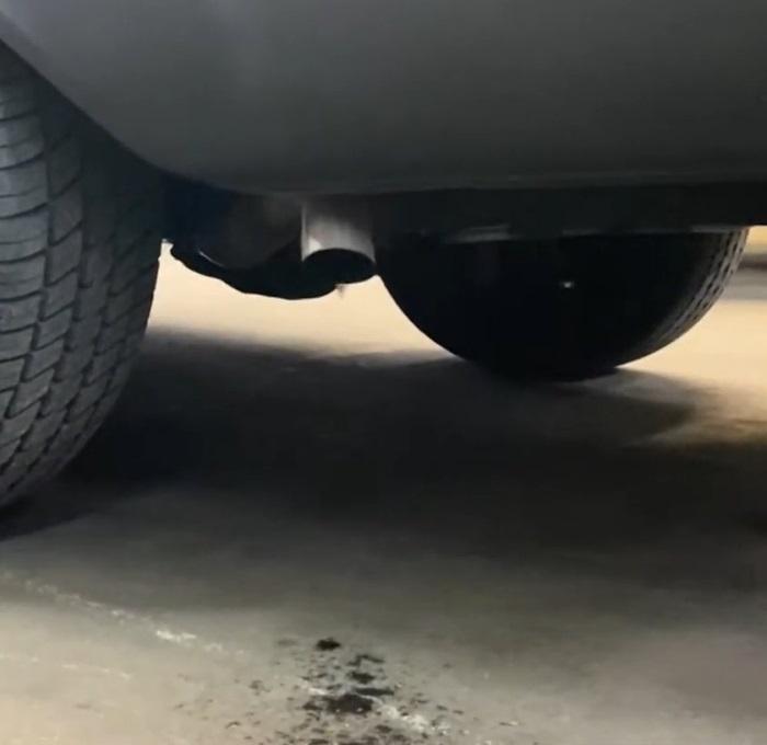 грязь из выхлопной трубы автомобиля