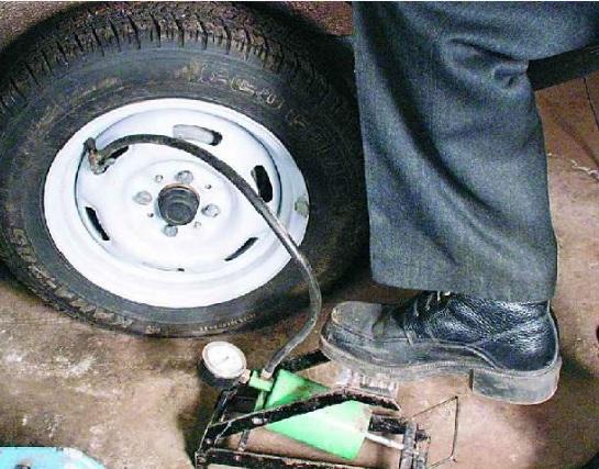 Как герметик для шин быстро поможет с пробитым колесом
