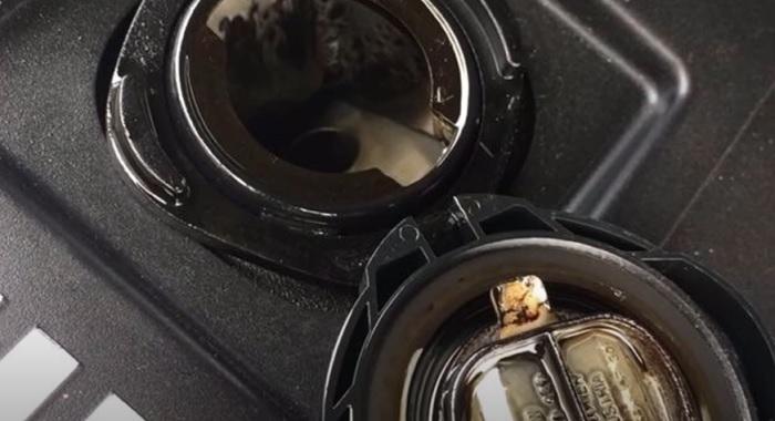 Белый налет на крышке горловины двигателя